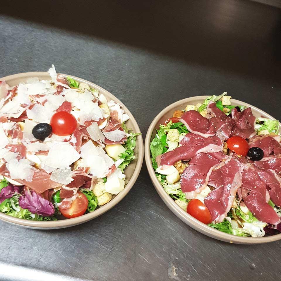 Diverses salades gourmandes servies avec vinaigrette maison à Vayrac | La P'tite Italie